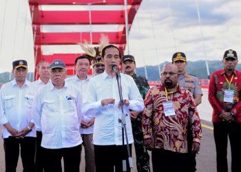 Presiden Jokowi didampingi sejumlah pejabat pemerintah menjawab pertanyaan wartawan di atas Jembatan Youtefa, Kota Jayapura, Papua. (Setkab.go.id/Anggun)