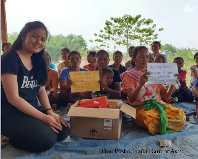 Relawan Jambi Darurat Asap ketika menyalurkan bantuan untuk para korban terdampak kabut asap di Dusun Pangkalan Ranjau. (Posko Jambi Darurat Asap)