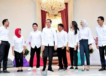 Presiden Jokowi berfoto bersama 7 SKP dari kalangan millenial. (Setkab.go.id)