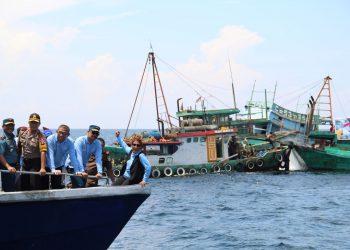 Ilustrasi mantan Menteri KKP Susi Pudjiastuti menenggelamkan Kapal Pencuri Ikan. (Jessica Helena Wuysang /ANTARA FOTO)