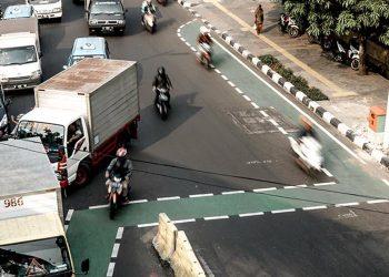 Lajur khusus untuk pesepeda di kawasan Cideng, Jakarta Pusat, menyatu dengan jalan kendaraan bermotor. (Fernando Randy/Historia)