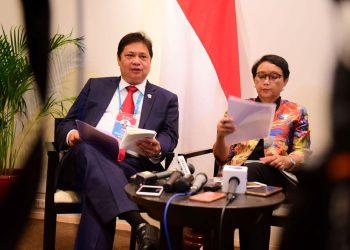 Menko Perekonomian Airlangga Hartarto didampingi Menlu Retno Marsudi. (Setkab.go.id/Rahmat)