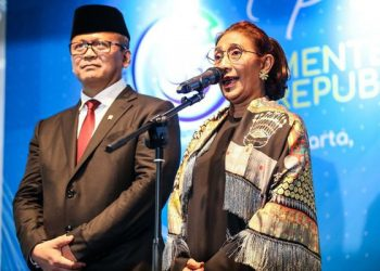 Menteri Kelautan dan Perikanan Edhy Prabowo bersama Susi Pudjiastuti. (KOMPAS.com/GARRY LOTULUNG)