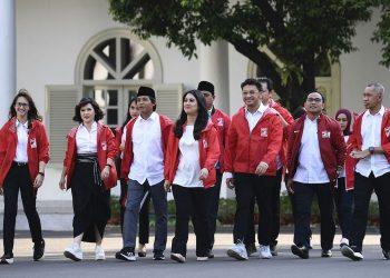 Ketua Umum Partai Solidaritas Indonesia (PSI) Grace Natalie (kanan) bersama kader PSI Tsamara Amari (kiri) tiba di Kompleks Istana Kepresidenan, Jakarta, (Puspa Perwitasari /Antara Foto)