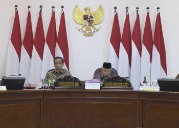 Presiden Joko Widodo (kedua kiri) didampingi Wakil Presiden Maruf Amin (kedua kanan). (ANTARA FOTO/Puspa Perwitasari/hp)