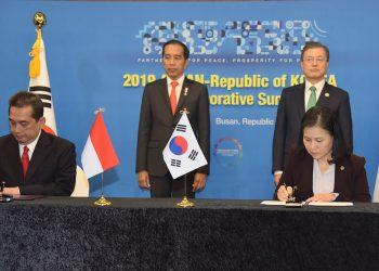 Presiden Jokowi dan Presiden Moon Jae-in menyaksikan penandatanganan kerjasama RI-Korsel. (Deny S/Humas)