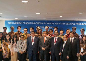 Presiden Jokowi didampingi sejumlah menteri berfoto bersama 22 peneliti muda Indonesia di Korsel. (Setkab.go.id)