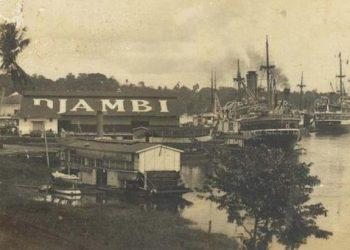 Aktivitas Pelabuhan di Tepian Sungai Batanghari. (Arsip Nasional)