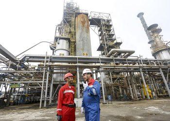 Dua pekerja memeriksa proses pengolahan Crude Palm Oil (CPO) menjadi Green Gasoline (bahan bakar bensin ramah lingkungan) dan Green LPG secara co-processing di kilang PT Pertamina (persero) Refinery Unit (RU) III Sungai Gerong, Banyuasin, Sumatera Selatan. (ANTARA FOTO/Nova Wahyudi/aww)