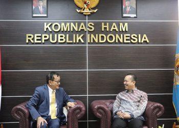 Ketua Komnas HAM Ahmad Taufan Damanik menerima kunjungan pimpinan partai oposisi Kamboja, Sam Rainsy dan anggota parlemen Kamboja, Men Sothavarin, di Kantor Komnas HAM Menteng, Jakarta Pusat. (Komnasham.go.id)