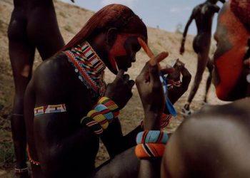 Orang-orang Samburu mendapat julukan 'kupu-kupu' karena hiasan warna-warni di tubuh mereka.