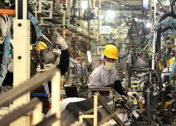 Pekerja menyelesaikan proses perakitan bodi mobil di pabrik PT Toyota Motor Manufacturing Indonesia, Karawang, Jawa Barat. (ANTARA FOTO/Risky Andrianto)