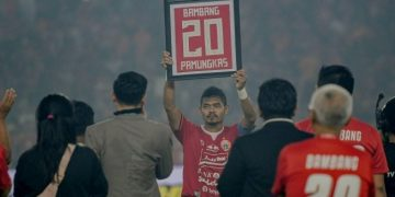 Pesepak bola Persija Jakarta Bambang Pamungkas (tengah) mengangkat kostum miliknya. (ANTARA FOTO/M Risyal Hidayat/Pras)