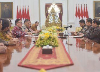 Presiden Jokowi didampingi Menpora dan Seskab menerima pengurus PSSI Periode 2019-2023, di Istana Merdeka, Jakarta. (Rahmat/Humas)
