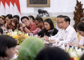 Presiden Jokowi didampingi Mensesneg Pratikno menjawab wartawan di Istana Merdeka, Jakarta. (BPMI Setpres)