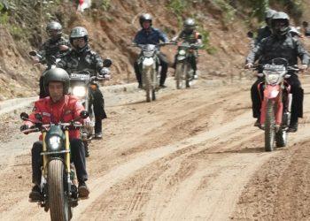 Presiden Jokowi menjajal jalan perbatasan trans-Kalimantan yang terletak di Kecamatan Krayan, Kabupaten Nunukan, Provinsi Kaltara. (BPMI Setpres)