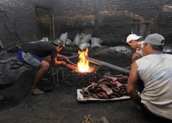 Proses pembuatan gamelan. (Indonesia Karya)