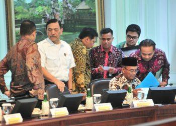 Sejumlah menteri dan pejabat terkait melakukan persiapan menjelas Ratas tentang Akselerasi Implementasi Program Siap Kerja dan Perlindungan Sosial, di Kantor Presiden, Jakarta. (Jay/Humas)