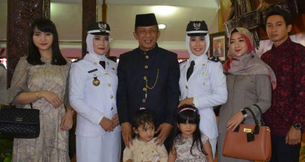Wakil Bupati Blitar Marhaenis Uri Widodo bersama Kedua istri Kadesnya. (istimewa)