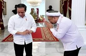 Ali Mochtar Ngabalin (kanan) saat bertemu Presiden Joko Widodo. Ali Mochtar ditunjuk sebagai Staf Ahli di Kantor Staf Kepresidenan - Istimewa A-