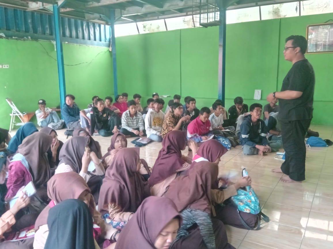 Salah satu kegiatan Books4care mengajar penulisan kreatif di mesjid depan terminal